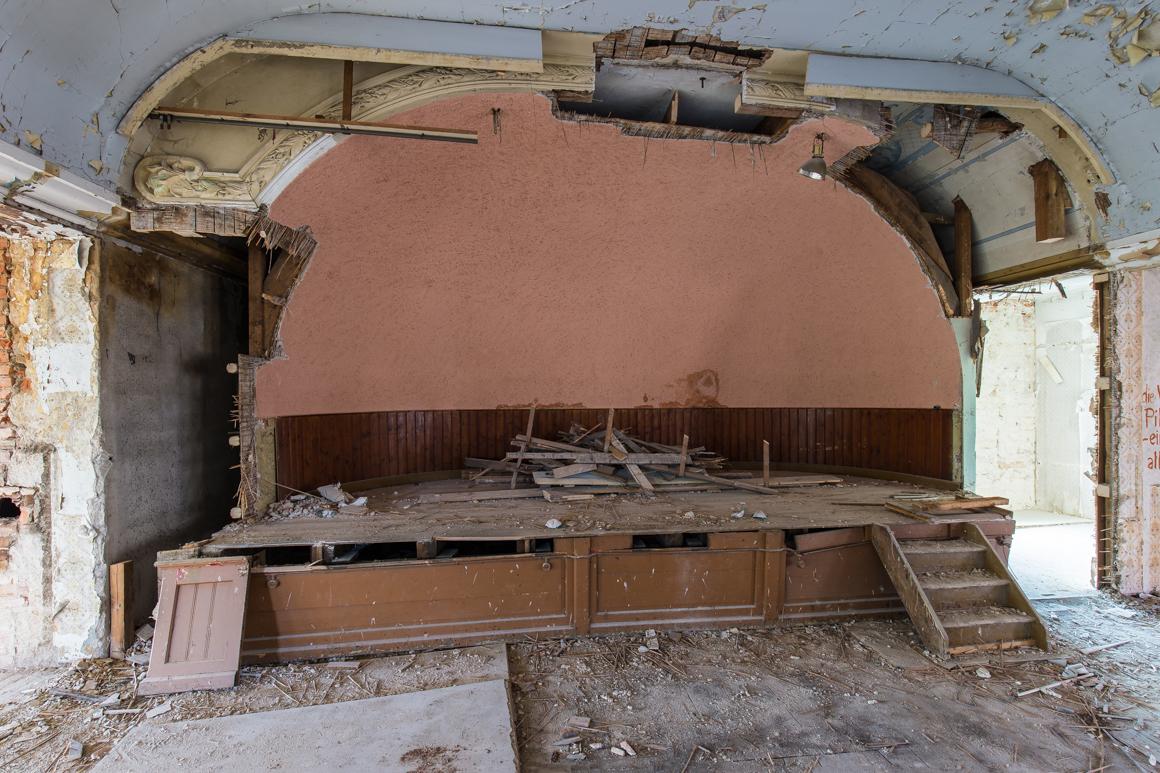 Pillnitz-Gasthof-zum-Goldenen-Löwen-Saal-Bühne-verlassener Ballsaal-Lost Place-Mario Kegel-photokDE