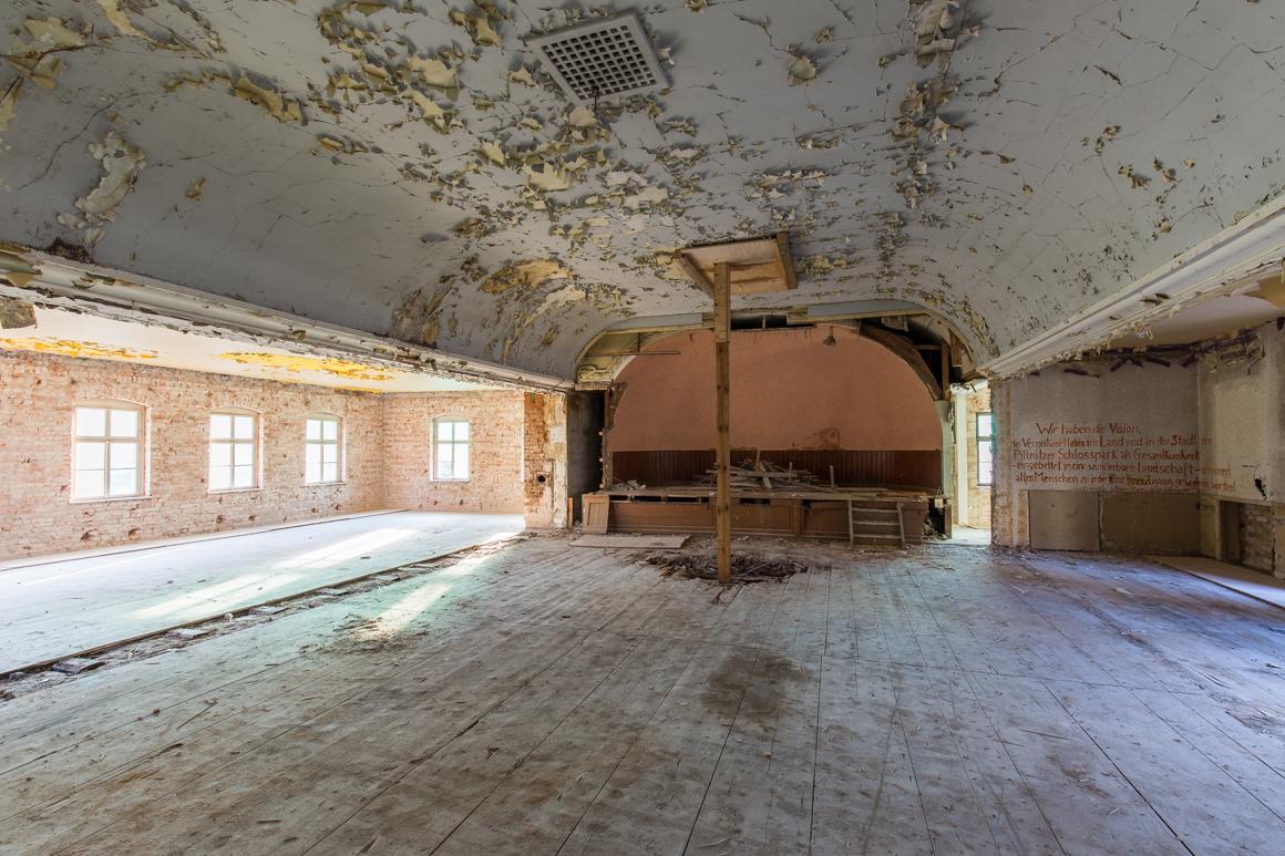 Pillnitz-Gasthof-zum-Goldenen-Löwen-Saal-verlassener Ballsaal-Lost Place-Mario Kegel-photokDE